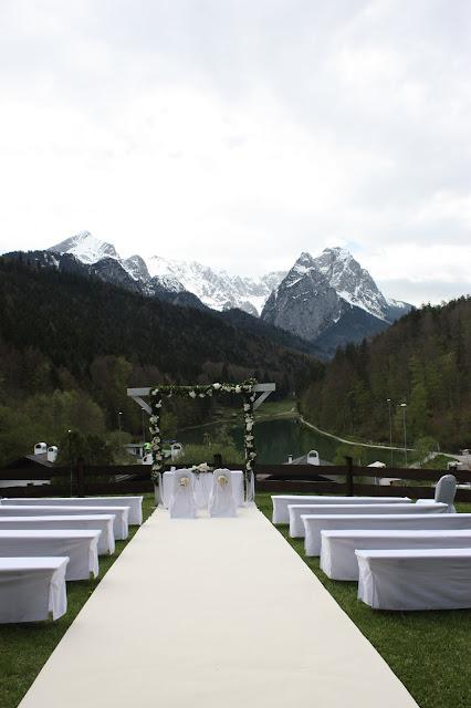Freie Trauung auf der Bergwiese, Hochzeit in Pastell, zauberhaft heiraten mit zarten Farben, Riessersee Hotel Garmisch-Partenkirchen, Hochzeitslocation am See in den Bergen, Maihochzeit 2017