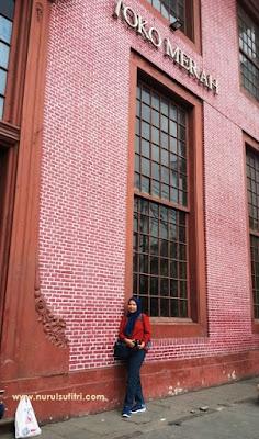 saya berada di depan bangunan bersejarah pintu toko merah kawasan kota tua jakarta good guide