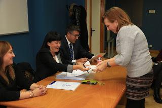 Las familias firman la recepción del cheque