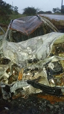 Assaltantes causam acidente que mata motociclista e roubam caminhonete de homem que parou para ajudar. IMAGENS FORTES