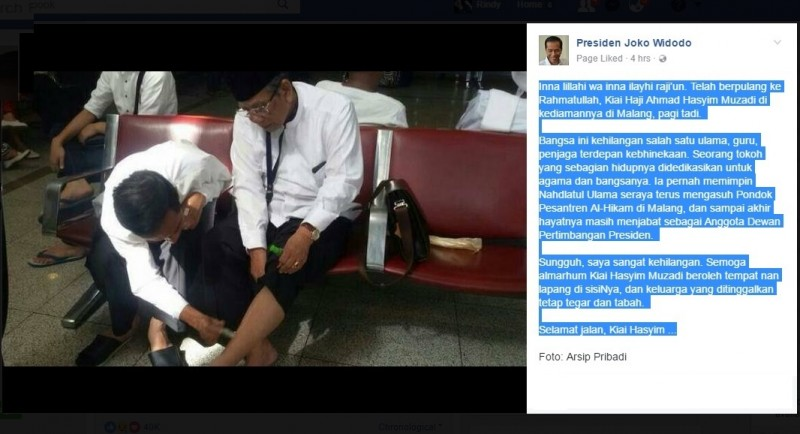 Jokowi mengoleskan minyak kayu putih ke kaki KH Hasyim Muzadi