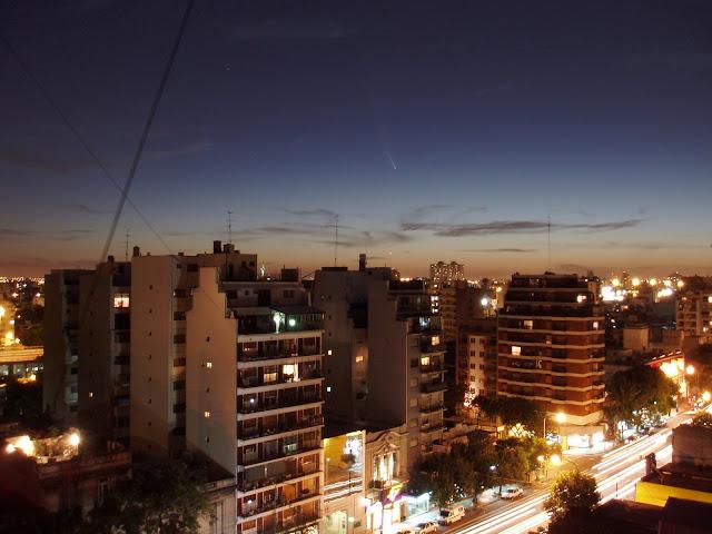 Sao chổi C/2006 P1 vẫn tỏa sáng trên bầu trời thành phố Buenos Aires, Argentina đầy ánh đèn đô thị. Hình ảnh: Chatlas.