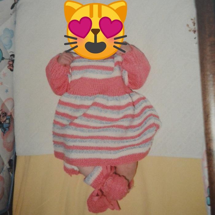 Robe et chaussons en laine rose et blanche tricotés par mon arrière grand-mère