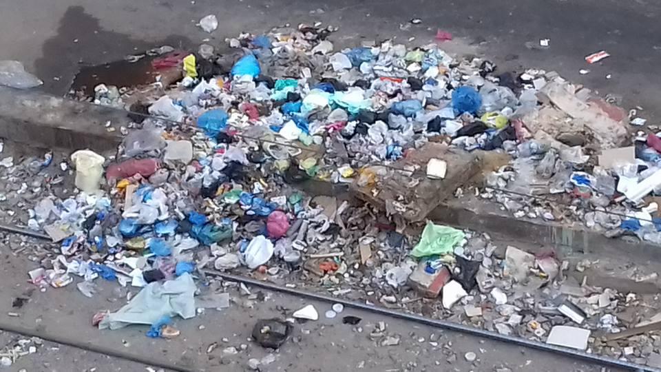 بالصور ... شوارع الورديان بالاسكندرية تسبح بين القمامة