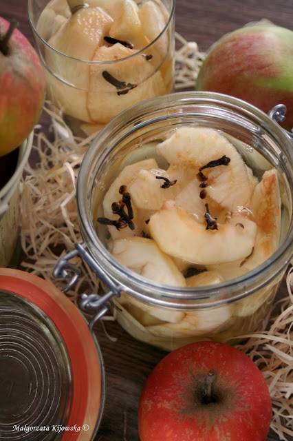 domowe przetwory z owoców, jabłka w słoikach
