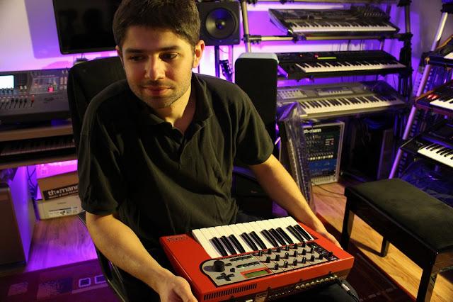 Fryderyk Jona dans son studio / source : www.fryderykjona.com