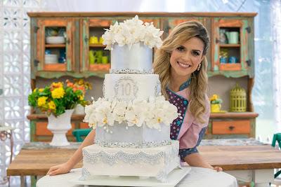Beca com o bolo que celebra as Bodas de Zinco de Olivier  (Crédito: Victor Silva/SBT)
