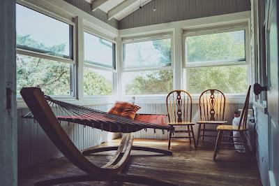 Tumbona y sillas vacías