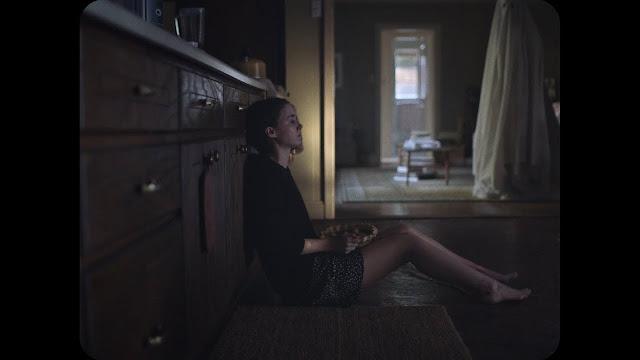 M. (Rooney Mara) mange une tarte jusqu'au dégoût dans A Ghost Story