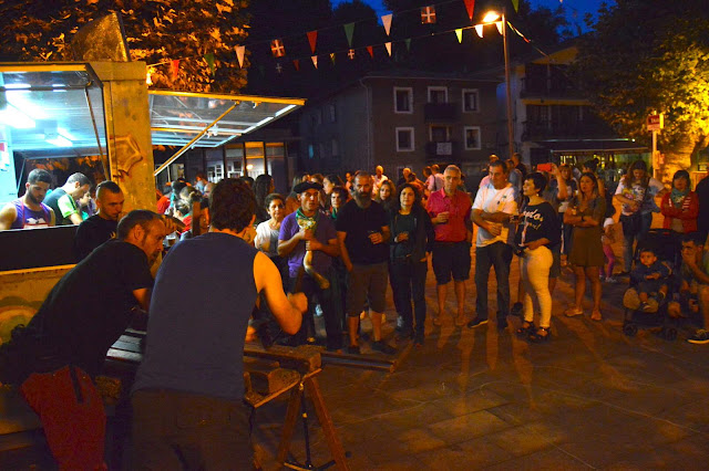 La txapalarta del grupo Polunpako durante la primera noche de fiestas de El Regato