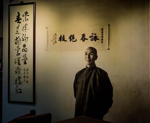 Foto de Yip Man, em exposição no seu museu.