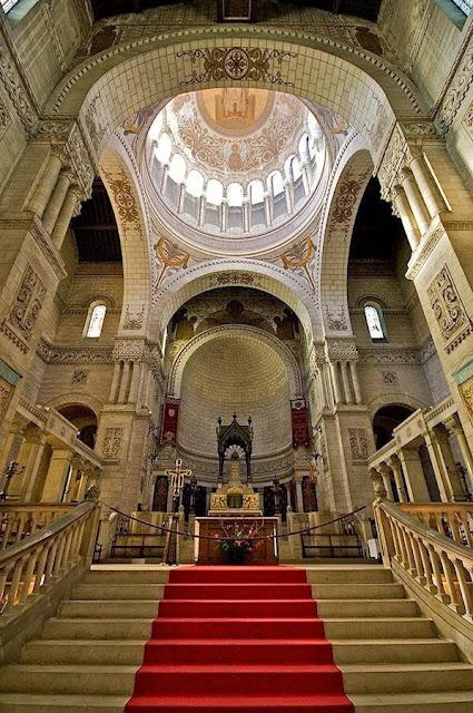 Tours: interior da basílica