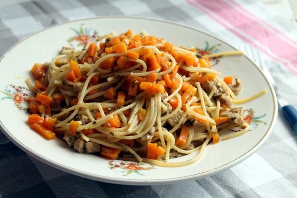 Spaghetti con carne y zanahoria