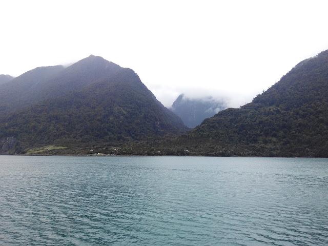 Ferry entre Hornopirén y Caleta Leptepu, en el Fiordo Comau, Chile