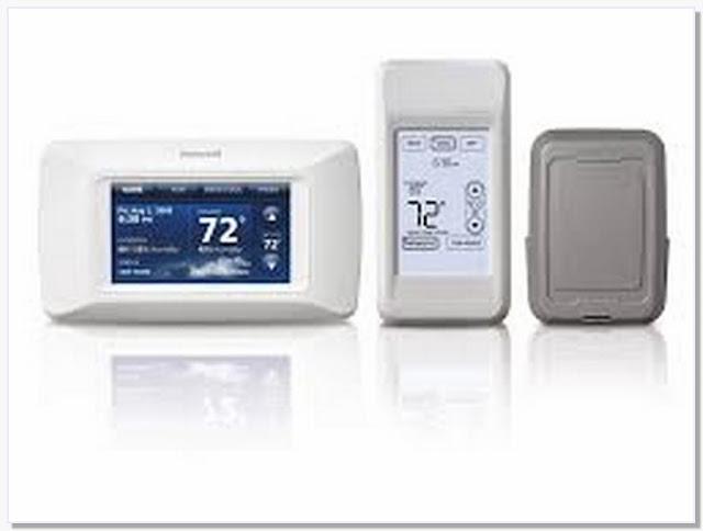 Programmable thermostat with wireless remote sensor