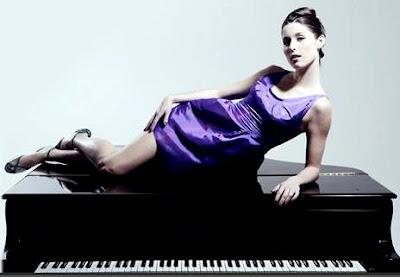 Foto de Francisca Valenzuela recostada en un piano