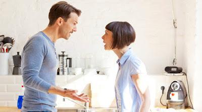 7 علامات على أنك تعيش مع امرأة مستبدة ومسيطرة وتريد التحكم بك  رجل امرأة يتشاجران man woman fighting dominating partner angry couple