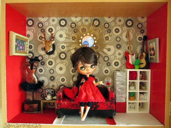 caty en su salón de muñecas