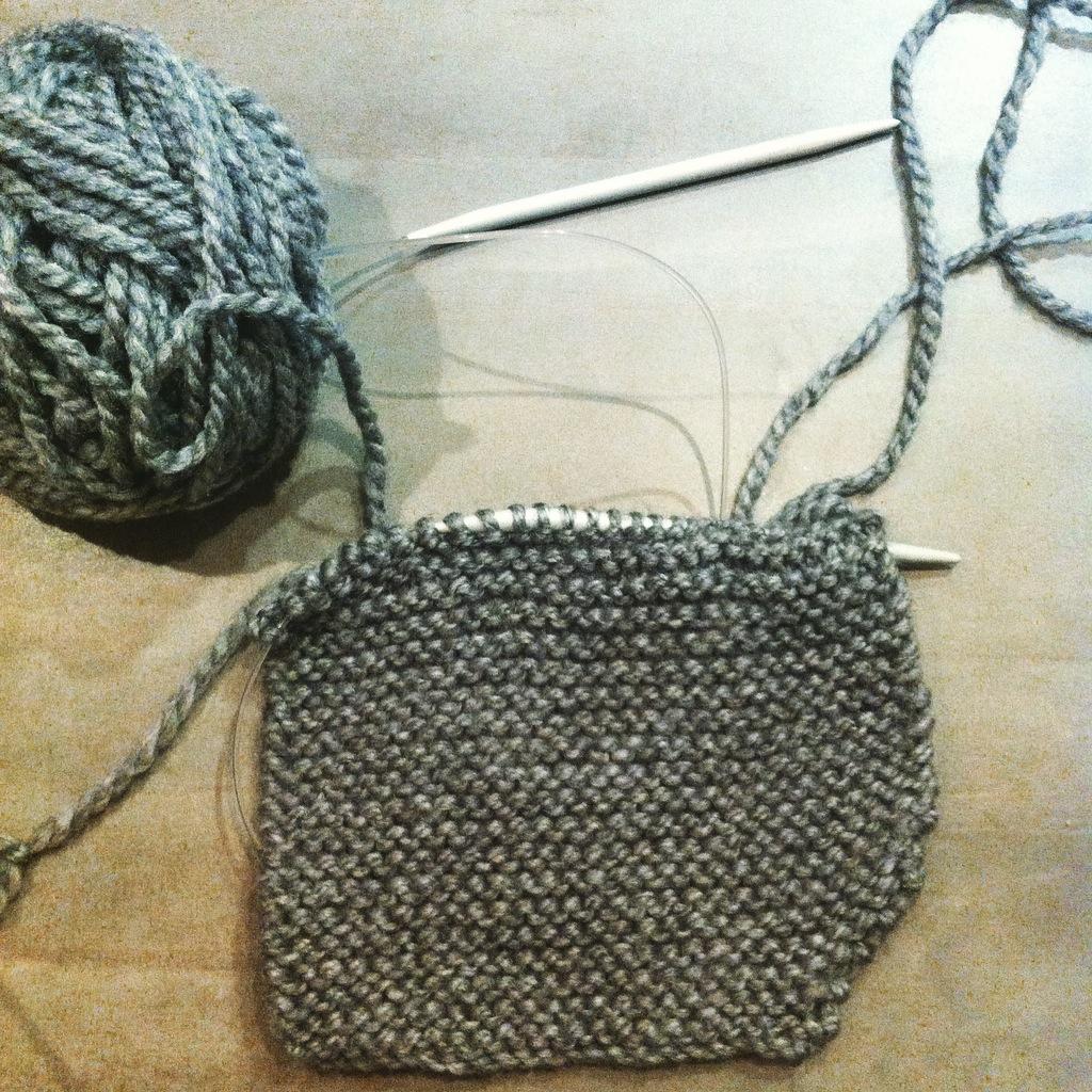 1d07fc2d73ee Voici un béguin lutin tricoté (tuto trouvé sur le blog de Nanikaa) pour une  souris, dont la maman est une experte en crochet mais aussi en pédagogie ...
