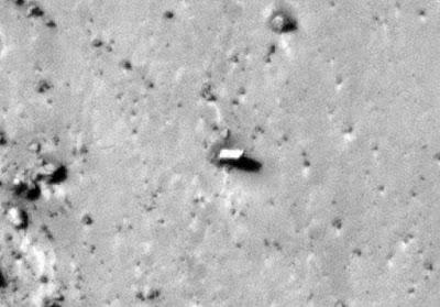 Il misterioso monolite fotografato dalla sonda New Horizons su Plutone