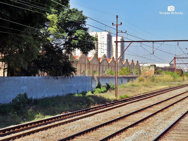 Vista de trecho dos trilhos da CPTM na Mooca e alguns galpões antigos - São Paulo