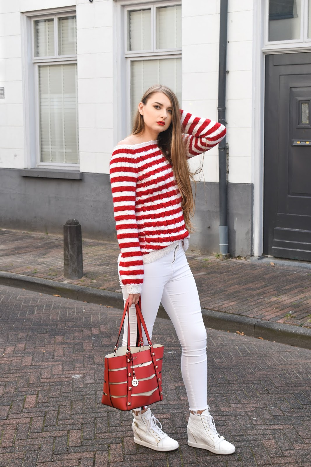sweter w czerwono białe paski