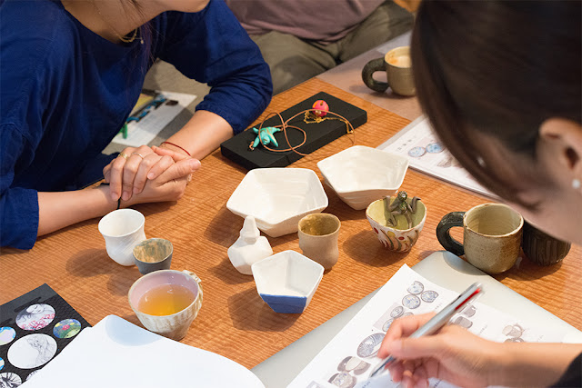 陶芸作家K2の小林氏とイベントに向けてミーティング中のスタッフ