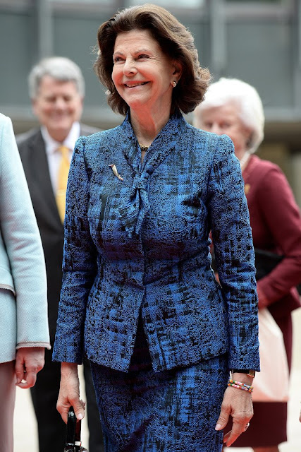 Queen Silvia of Sweden visit the plenary hall of the regional parliament in Duesseldorf, western Germany. Princess Madeleine, Princess Sofia, Princess Victoria