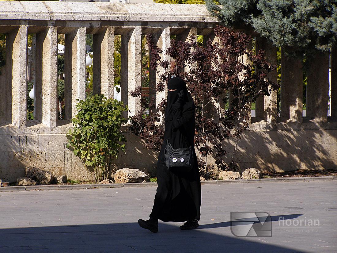Kobiety islamskie w Konii w Turcji w pobliżu muzeum Mevlany