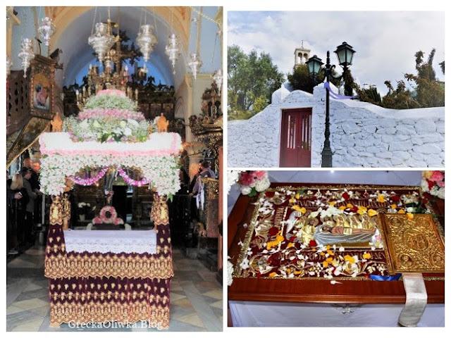 Epitafium udekorowane kwiatami. Na prestole leży całun z ikoną Chrystusa w grobie. Czerwona brama do klasztoru.