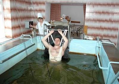 Подводное вертикальное вытяжение в радоновых водах применяют на курорте Хмельник (Украина).