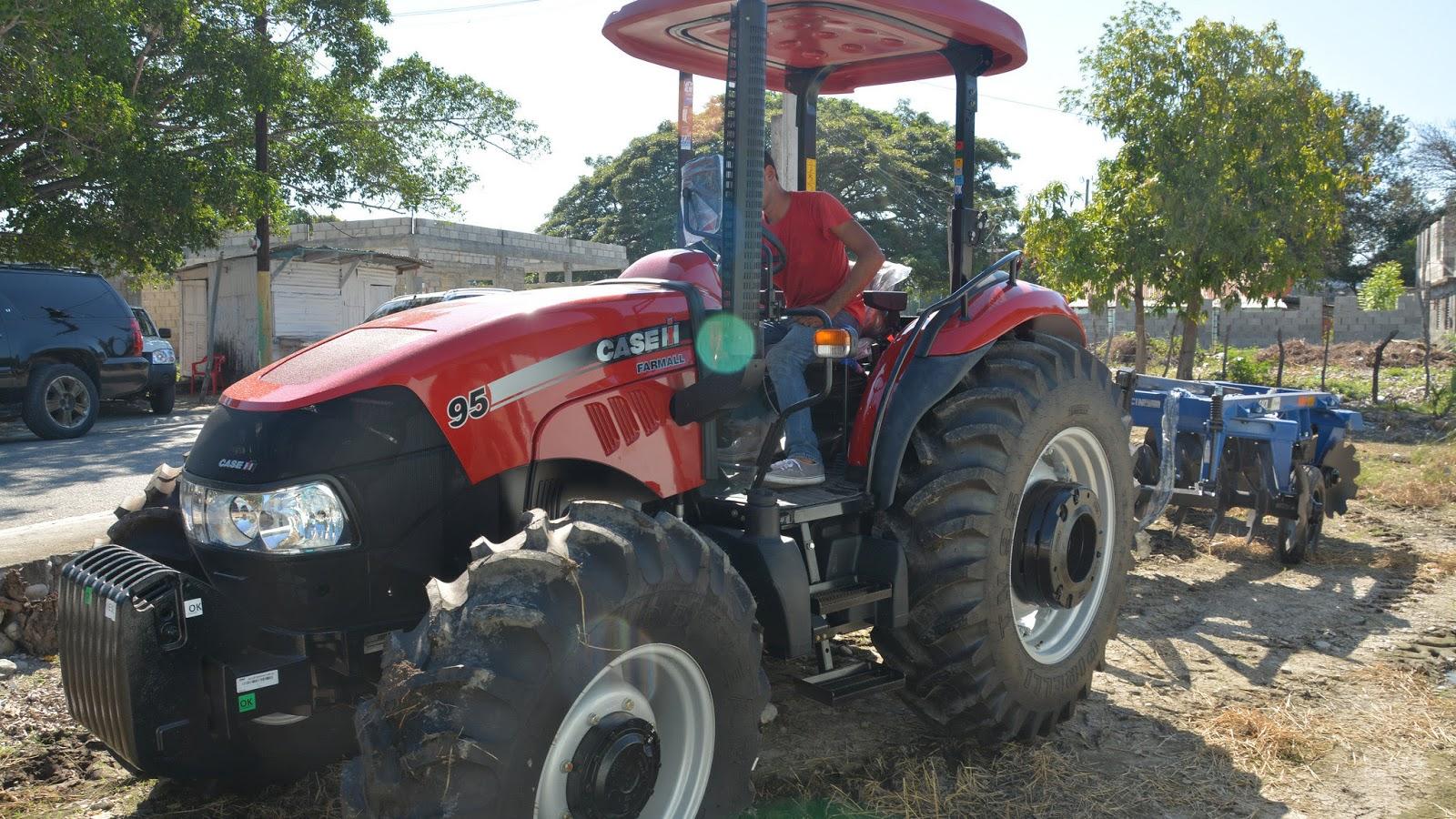 Gobierno entrega tractor con su rastra a productores de Palmar de Ocoa