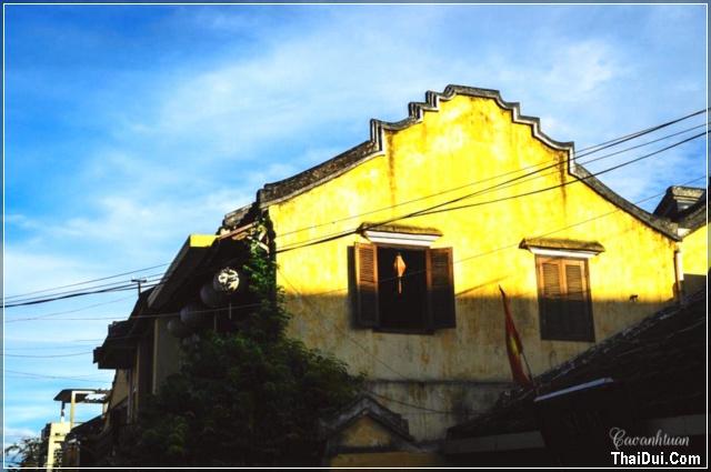 Bên tường ngôi nhà Hội An