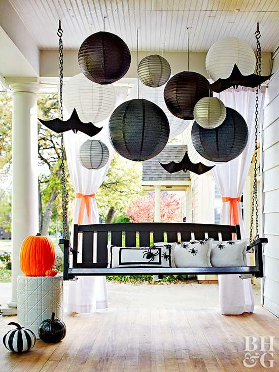 26 Best Halloween decoration ideas for front porch. Best DIY Halloween Outdoor Decorations for 2018. Best Halloween spooky decoration ideas for outdoor. Balloons décor ideas for outdoor decoration. Front porch Halloween spooky decoration. Front porch decoration ideas for Halloween. Halloween party decoration for outdoor. Holidays front porch decoration.