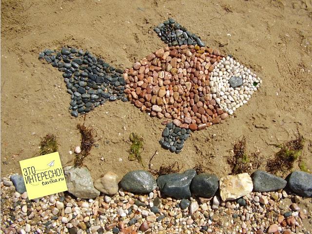 Рыба из камешков на пляже