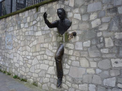 rzeźba Przechodzimura w Paryżu