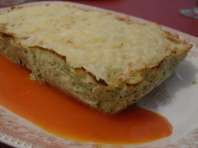 Pastel de calabacín sin lactosa con salsa de pimientos del piquillo