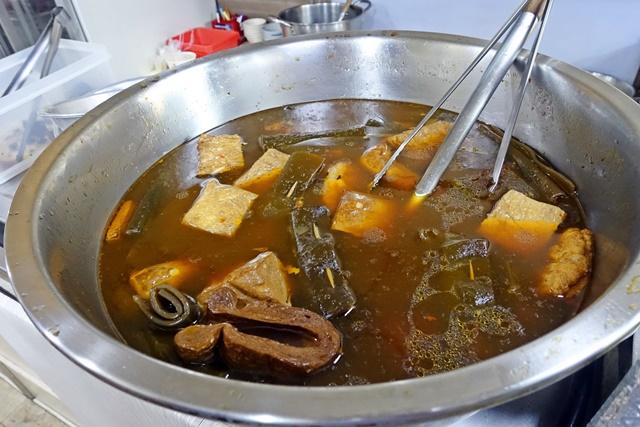 小菜有豆干、海帶、素雞、素肚、豆皮、紫米糕、百頁豆腐、素腱