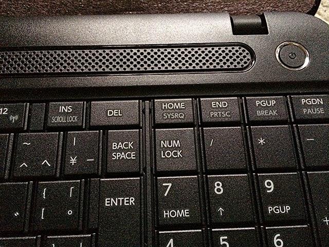スピーカー部と電源ボタン