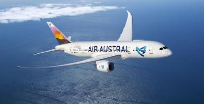 Avion Air Austral dans le ciel au dessus de la mer
