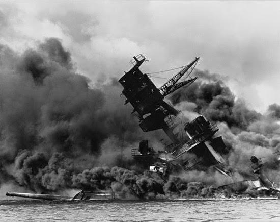 El USS Arizona durante el ataque a Pearl Harbor