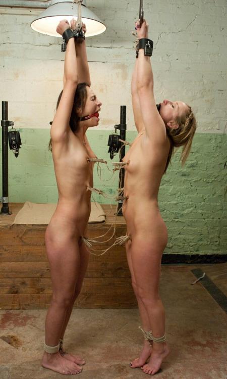 Deux délinquantes suspectes toute nue à poil en cellule, suspendues , attachée et travailler au niveau des seins avec des pinces à linge.