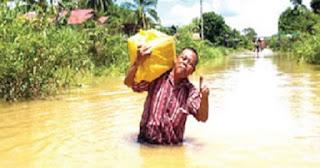 Bawa Naskah, Kepala Sekolah Terobos Banjir Besar Demi Unas