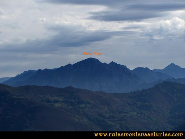 Ruta al San Justo o Cogollu: Vista de Peña Mea desde el pico San Justo