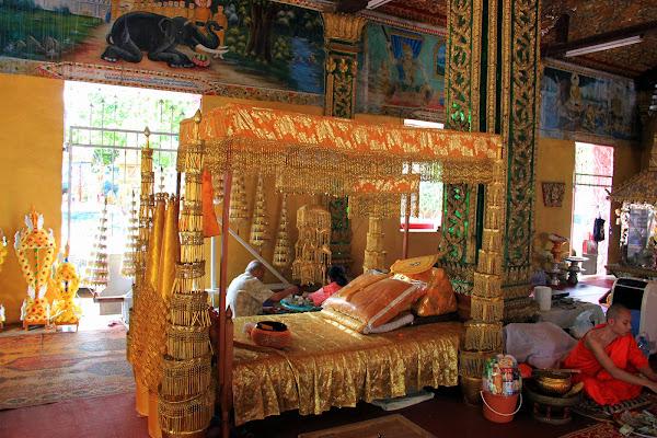 Decorating Wat Si Muang - Vientiane - Laos