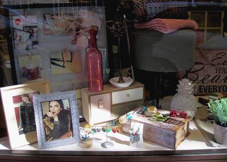 Bisutería, marcos de fotos, botella luminosa, piña cerámica.
