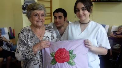 La Gloria amb el seu coixí acompanyada pel Guillem i la Ingrid