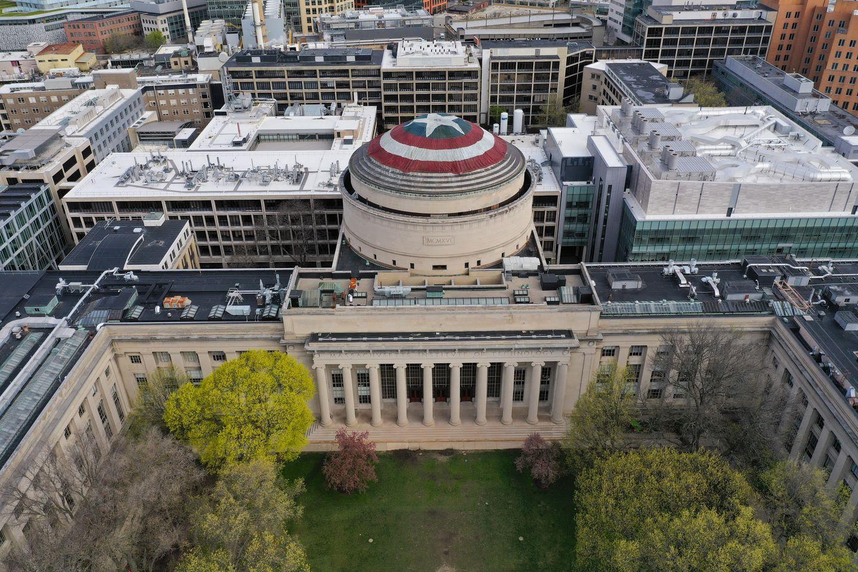 MIT hackers turn Great Dome into Captain America's shield : アベンジャーズ世代の大学生たちが、指パッチンから約1年がかりで仕掛けた巨大な星条旗のシールドのイタズラ ! !