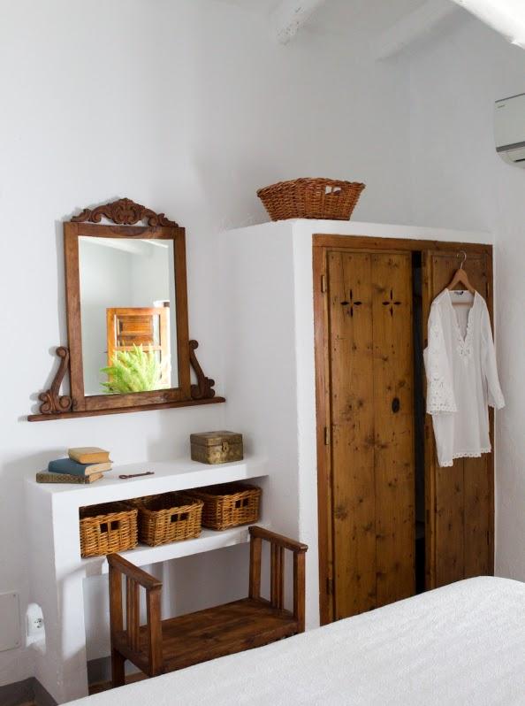 armario ropero de obra con puertas antiguas de madera chicanddeco