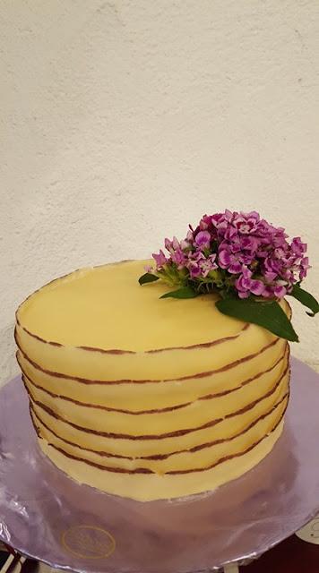 Mini-Hochzeitstorte ruffle cake, kleine Hochzeit im Familienkreis, Trachtenhochzeit in Bayern, Garmisch-Partenkirchen, Riessersee Hotel, lila, rosa, violett, heiraten auf der Zugspitze, Hochzeitsplanerin Uschi Glas